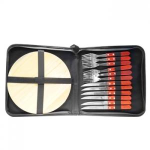 Juego de chuchillos, tenedores y tabla de madera