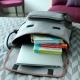 Mochila bitono en poliéster con bolsa al frente y detalles en color café